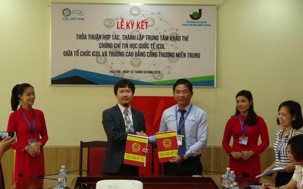 TS. Trần Kim Quyên - Hiệu trưởng Trường CĐ Công thương miền Trung và ông Phạm Hoàng Cường - Giám đốc điều hành ICDL Việt Nam trao thoả thuận hợp tác và thành lập TTKT ICDL.