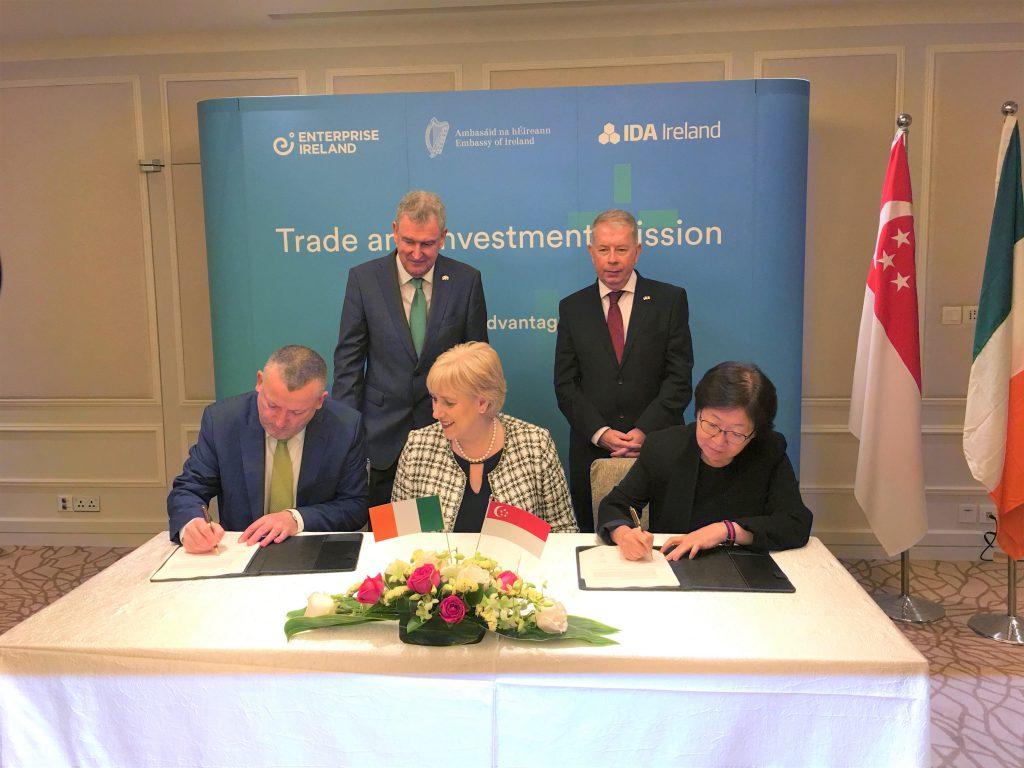 Bà Serene Wee, Giám đốc điều hành Học viện Luật Singapore và ông Damien O'Sullivan, Giám đốc điều hành ICDL Foundation đại diện hai bên ký kết biên bản hợp tác